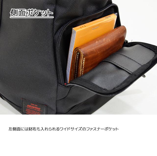 左側面には財布も入れられるワイドサイズのファスナーポケット