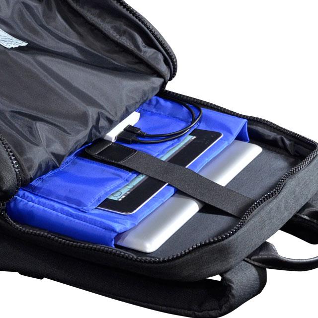 メインルームは前面に小分けポケット×2、背中側はクッション材が入ったマチ付きのPCポケットとタブレットポケット