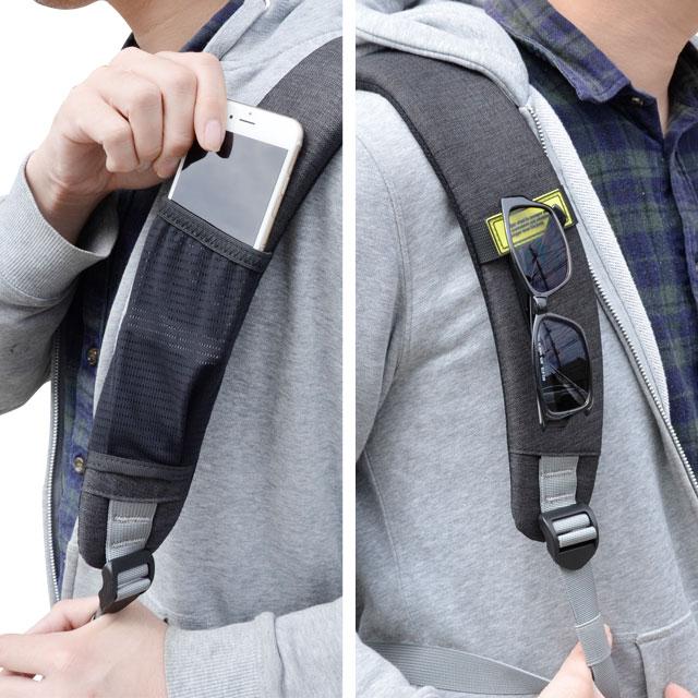 リュックベルトに片方にはスマートフォン収納ポケット付属、もう片方にはサングラスやカラナビなどを掛けられるループ付