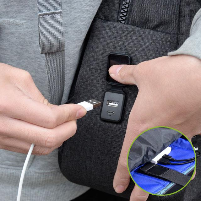 左側面にはスマホへの充電とバッグの中に入れたバッテリーの給電が可能なUSBポート